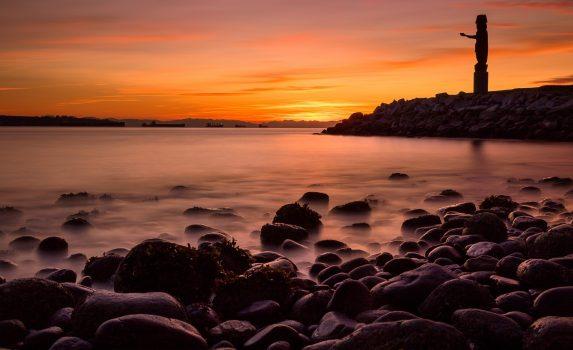 トーテムポールと夕焼け空 カナダの風景