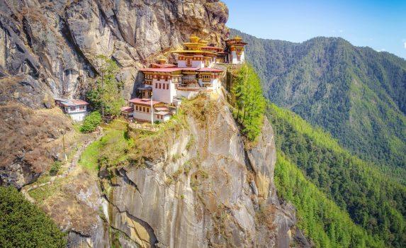 崖の上の僧院「タクツァン僧院」 ブータンの風景