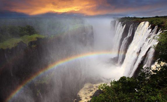 夕暮れのビクトリア滝と虹の風景 ザンビアの風景