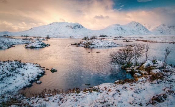 スコットランド ハイランド地方の冬の日の出の風景
