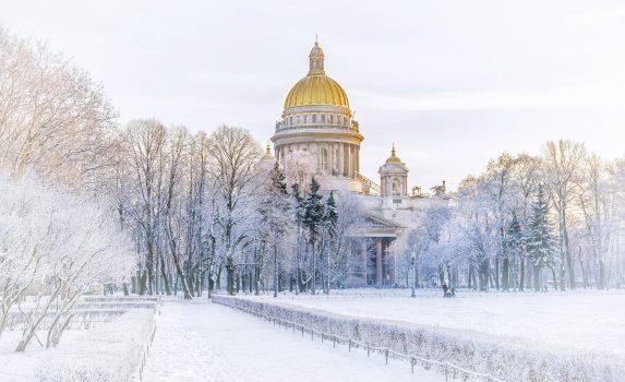冬のロシア サンクトペテルブルク 聖イサアク大聖堂のある風景