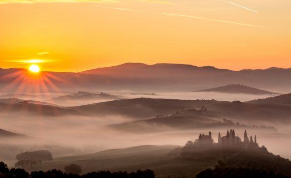 朝霧と日の出の風景 イタリアの風景