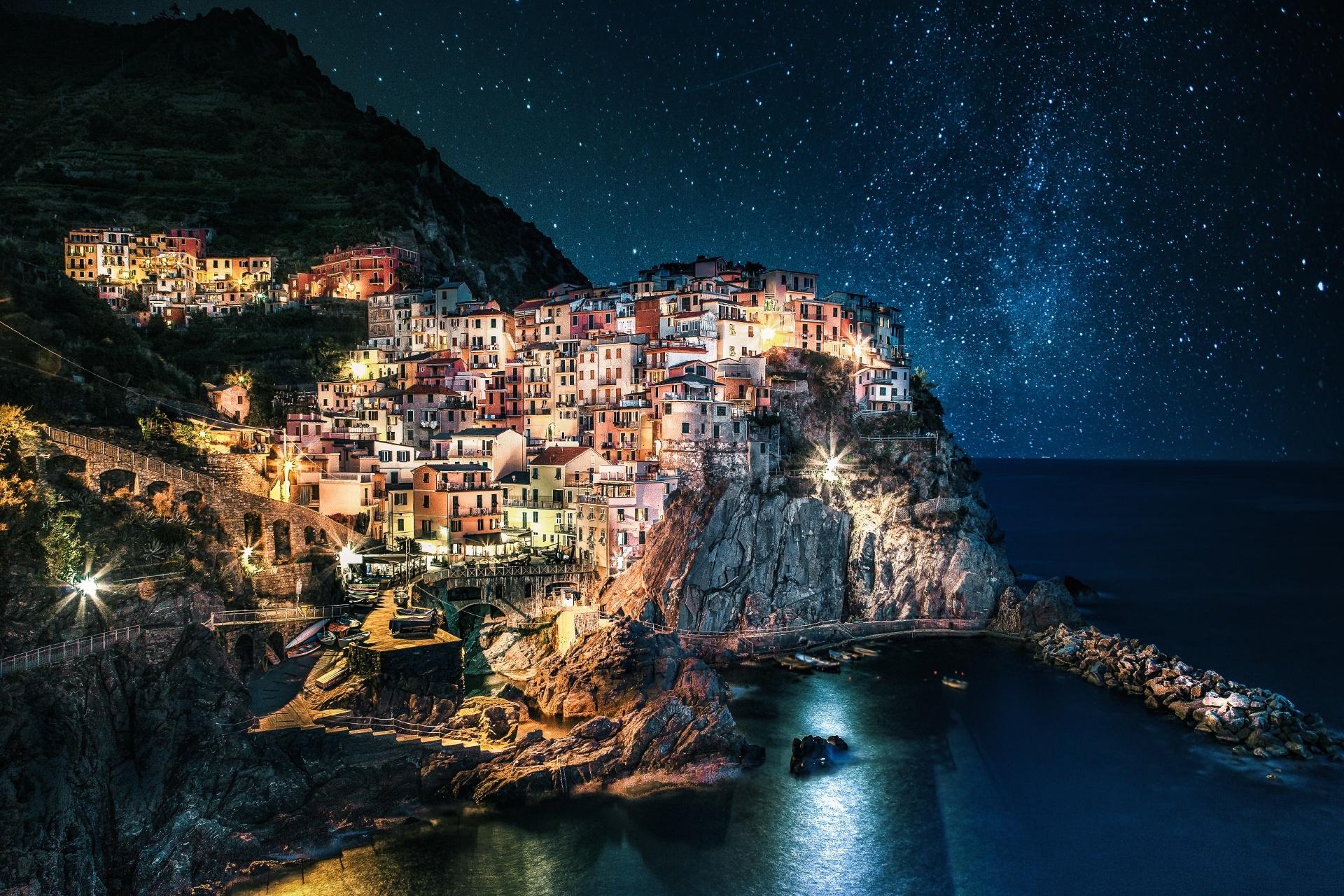 チンクエテッレ マナローラ村の美しい夜景 イタリアの風景