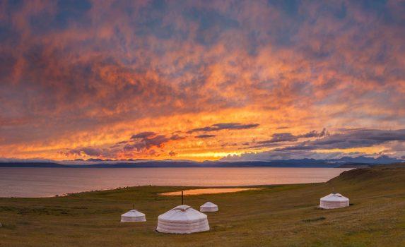 伝統的なモンゴルのパオとフブスグル湖の美しい夕日の風景 モンゴルの風景