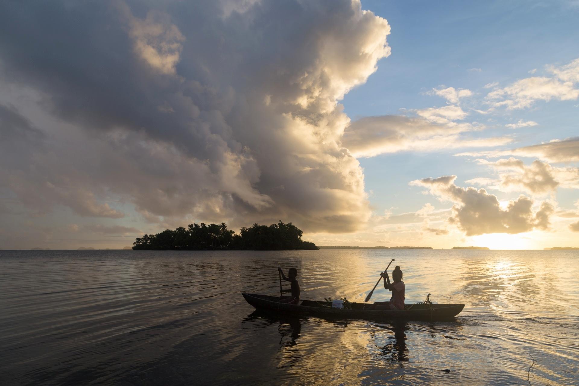 カヌーで通学する子供達 ソロモン諸島の風景