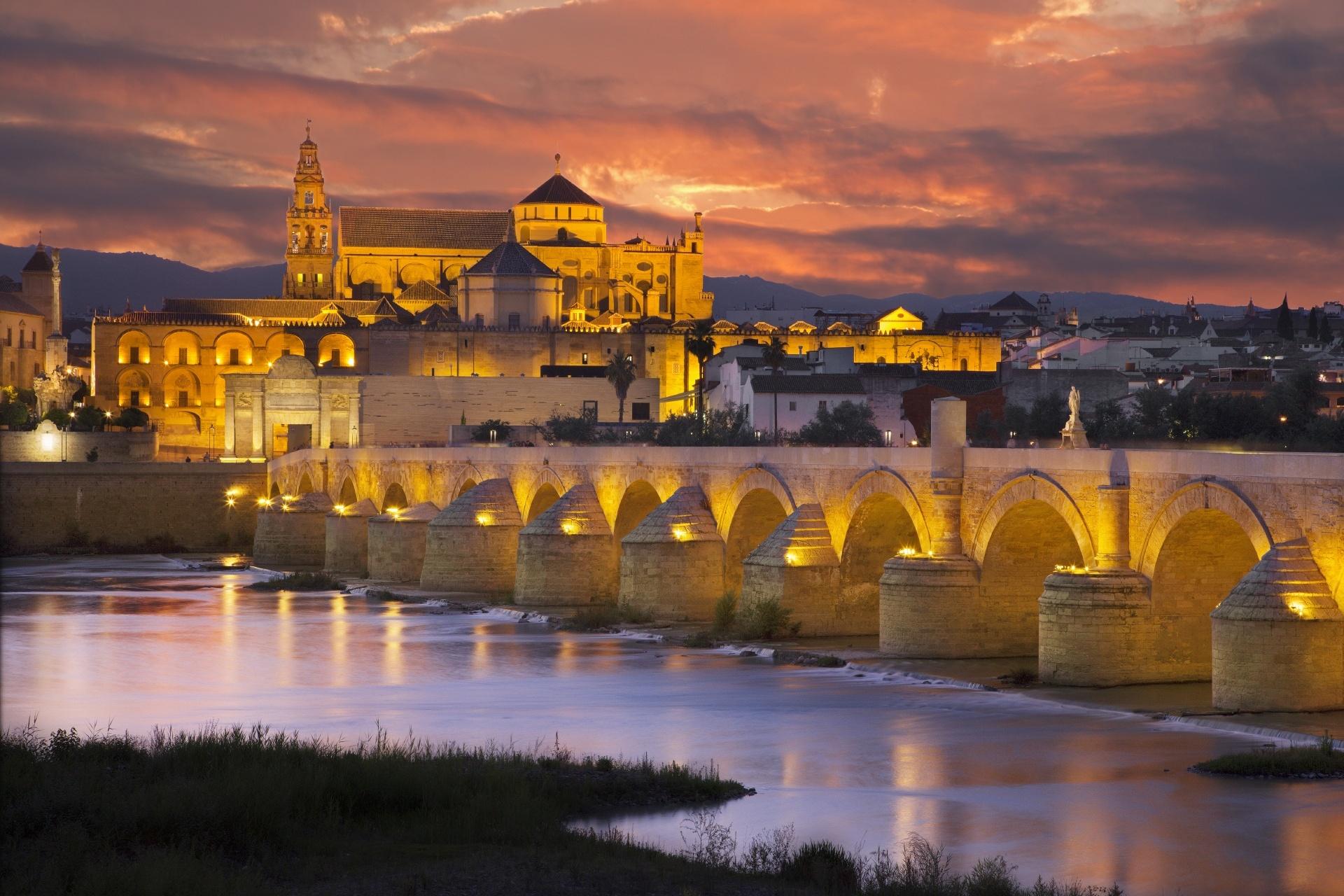 グアダルキビール川のローマ橋とメスキータ大聖堂 アンダルシアの夕暮れ スペインの風景