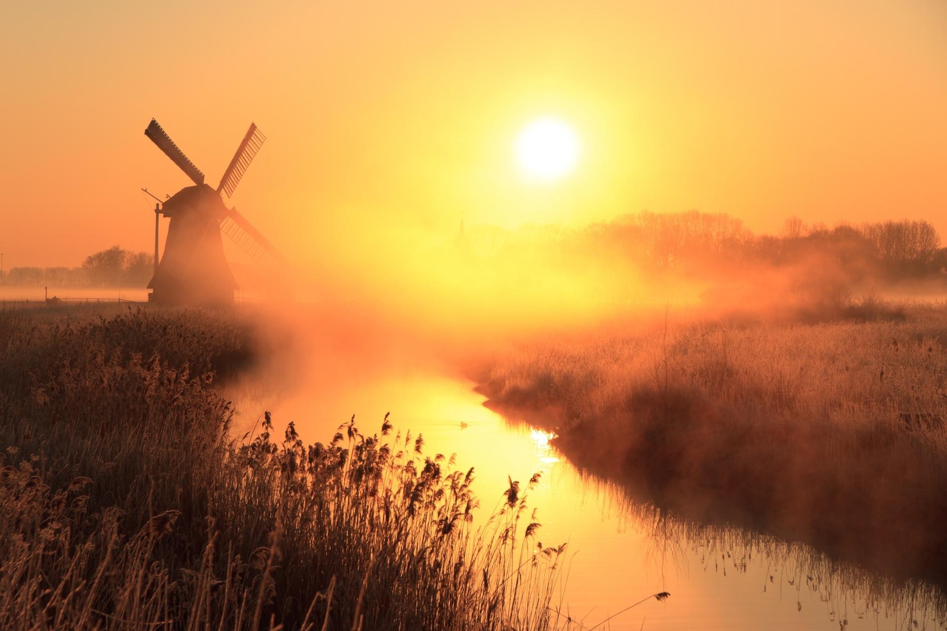 風車と運河と春の霧の風景 オランダの日の出の風景