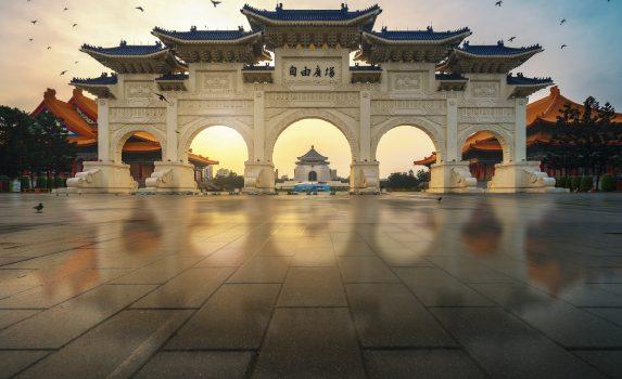 早朝の中正紀念堂 自由広場の大中至正門 台湾の風景