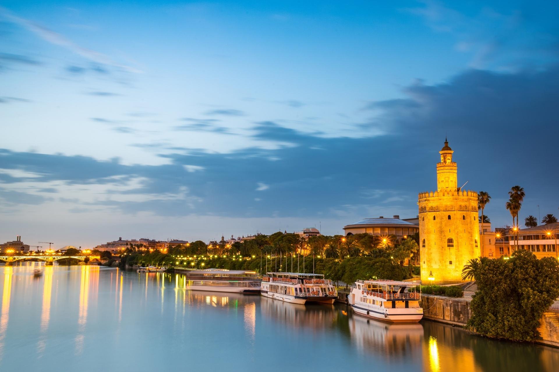 トーレ・デル・オロと夕暮れのグアダルキビール川の風景 スペイン セビリアの風景