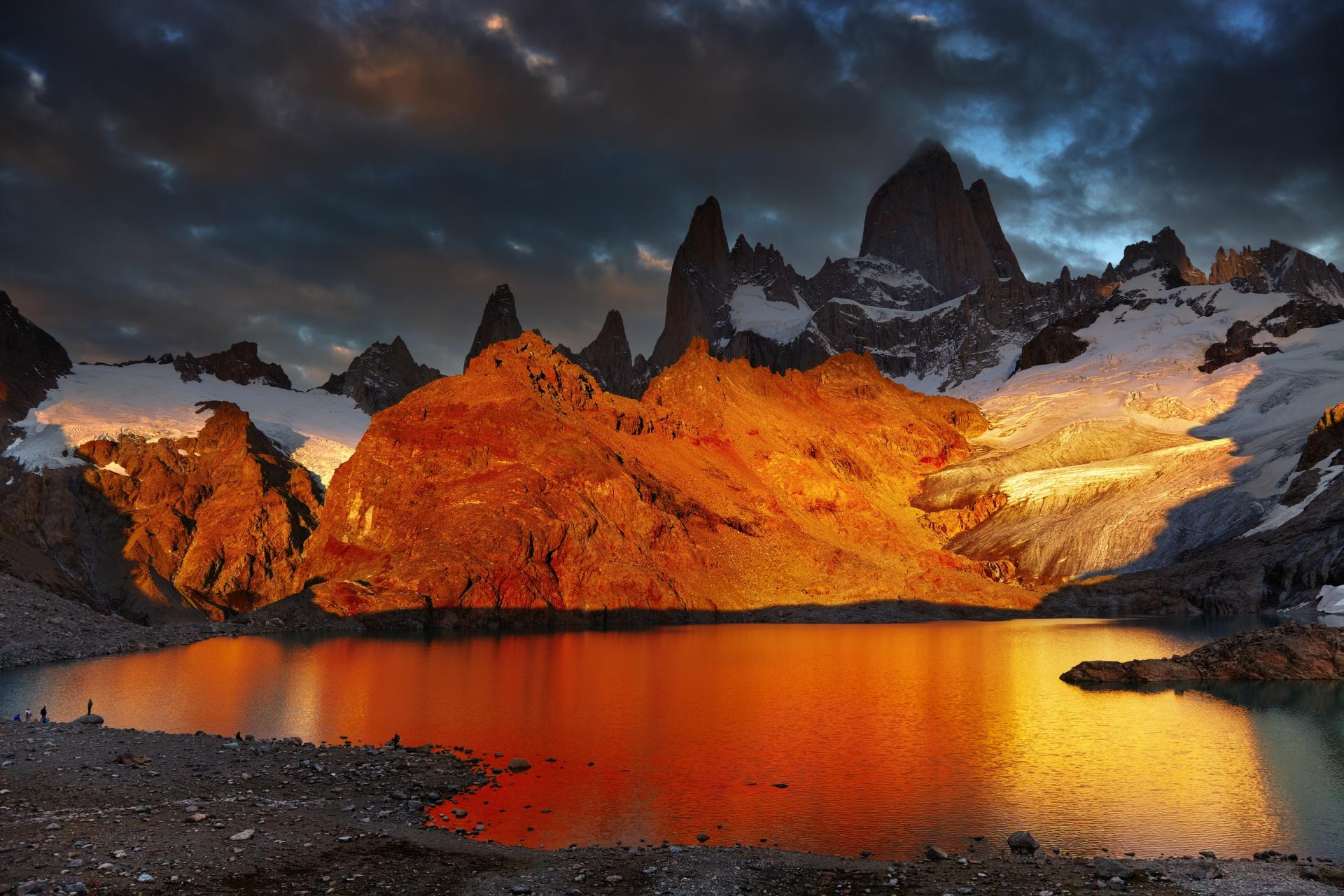 朝焼けのフィッツ・ロイ山とロス・トレス湖 パタゴニアの風景 アルゼンチンの風景