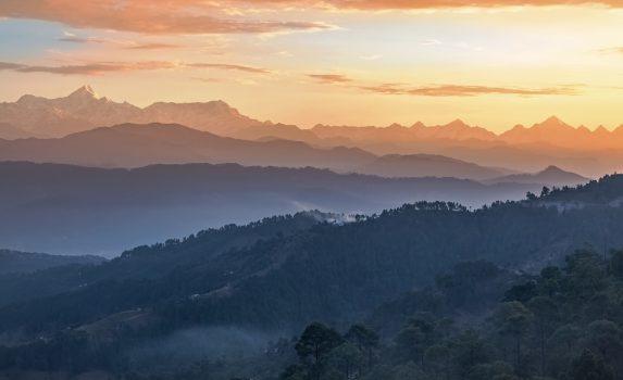 日の出のヒマラヤ山脈の風景 インドの風景