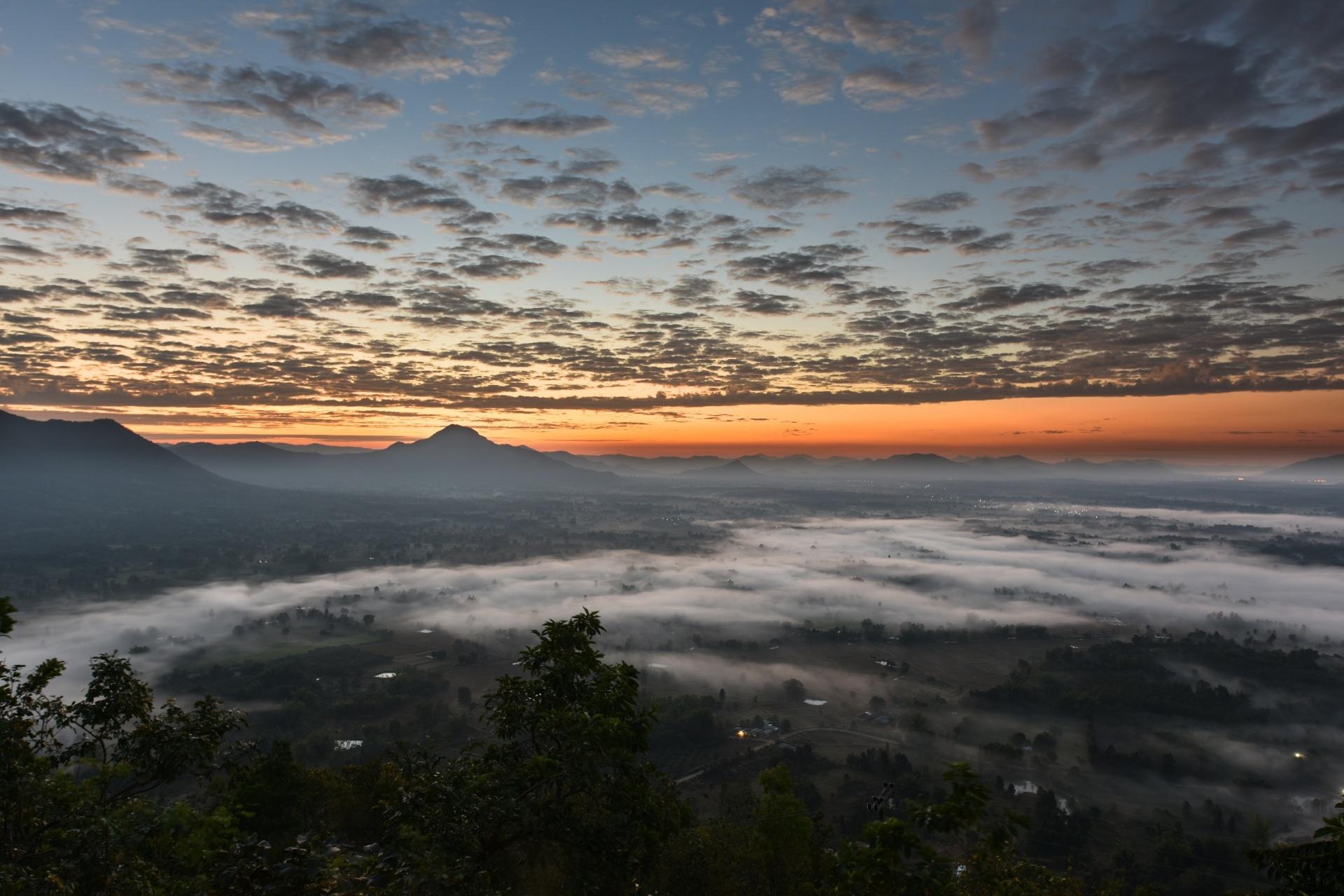 日の出前のプー・トック山の風景 タイの風景