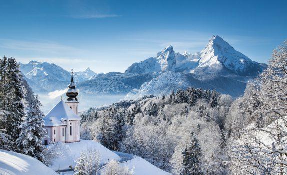 マリア・ゲルンの巡礼教会とワッツマン山塊 ドイツの風景