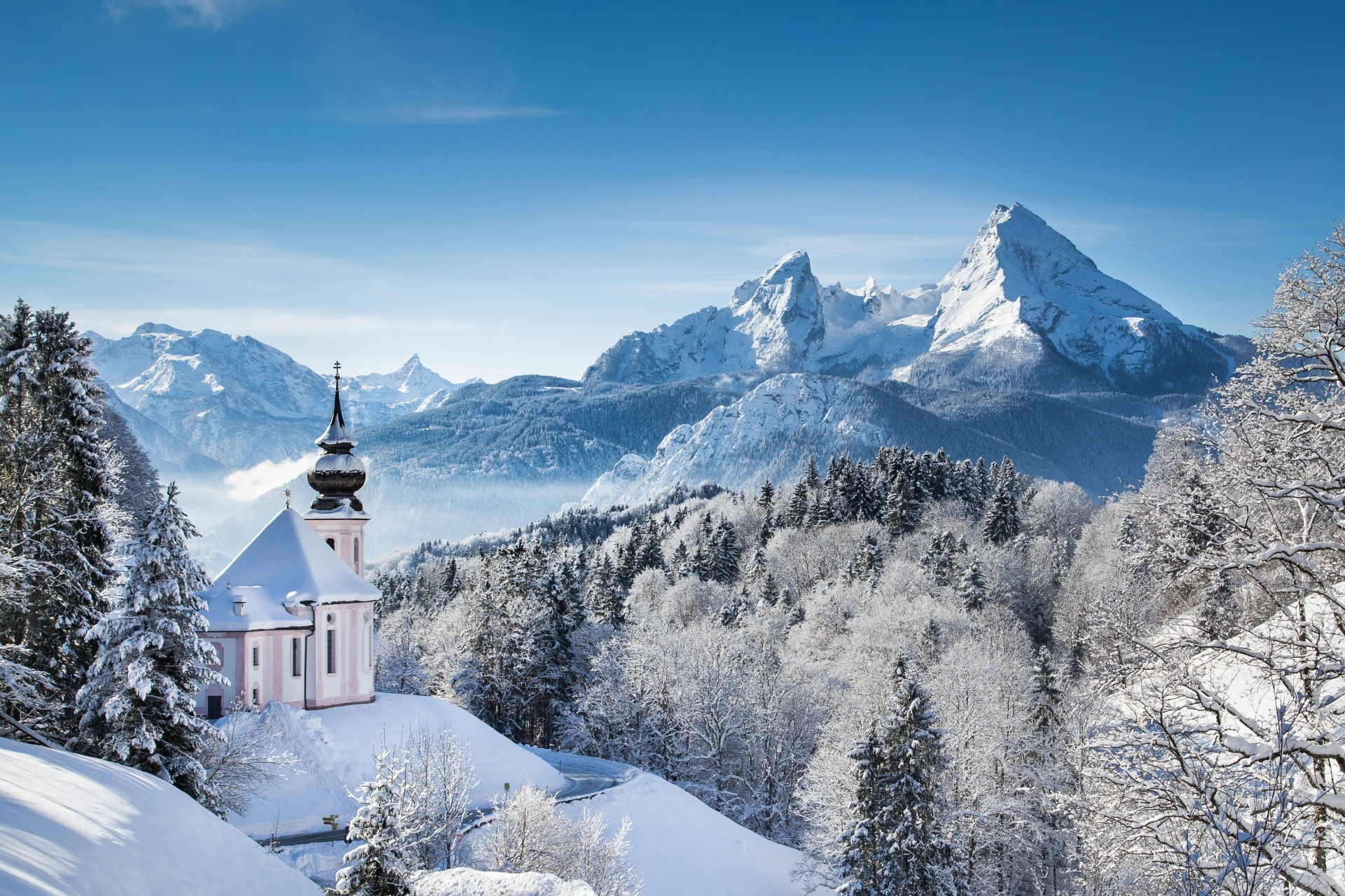マリア・ゲルンの巡礼教会とワッツマン山塊 ベルヒテスガーデン国立公園 冬のバイエルン・アルプスのパノラマ・ビュー ドイツ バイエルン州ベルヒテスガーデナー・ラント郡