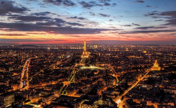夕暮れのパリの風景 エッフェル塔とシャン・ド・マルス公園 フランスの風景