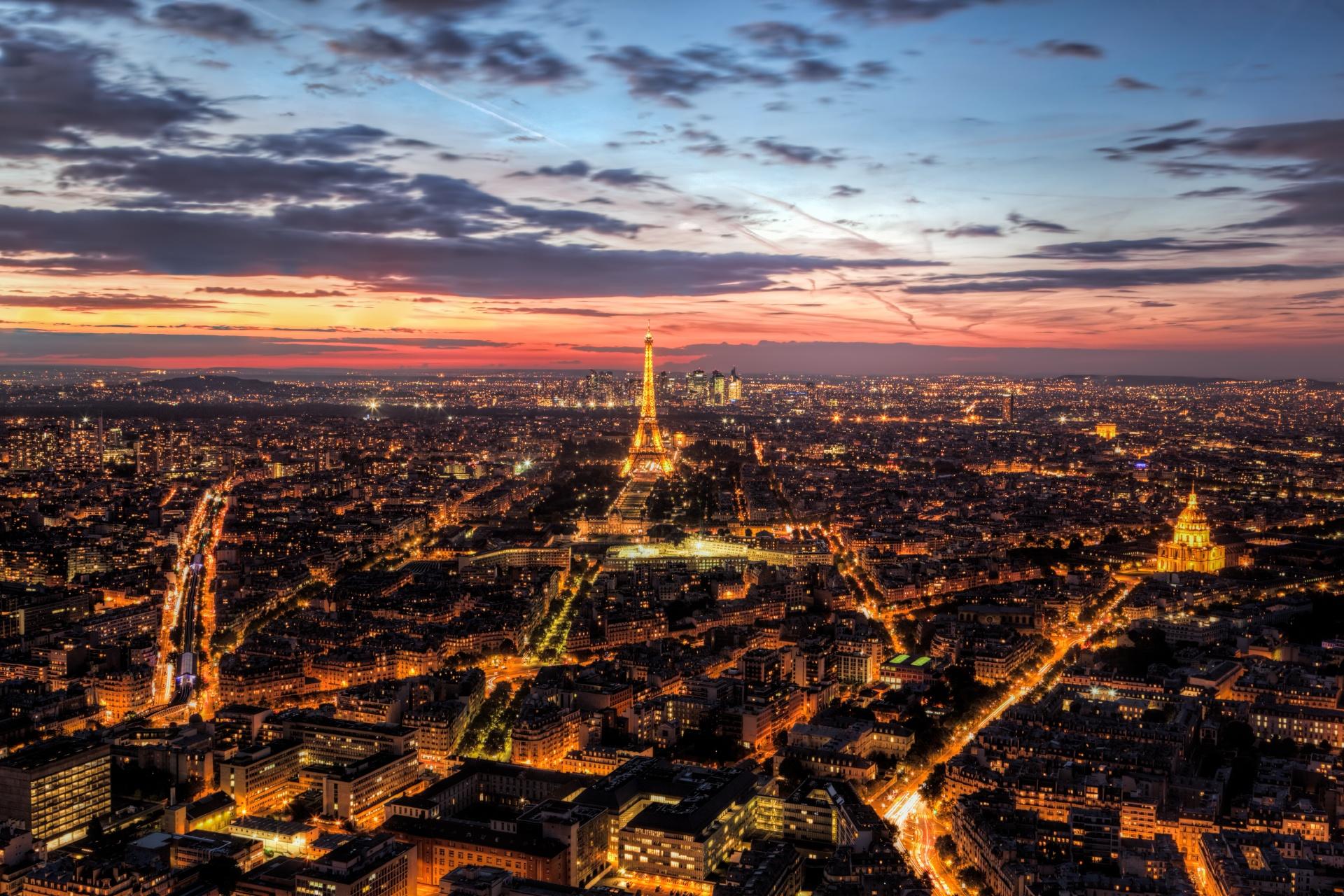 パリの夕暮れ エッフェル塔とシャン・ド・マルス公園 フランスの風景