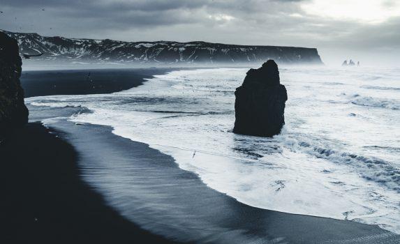 レイニスフィヤラのブラックサンドビーチの風景 アイスランドの風景