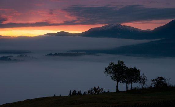 ホヴェールラ山と霧の日の出風景 ウクライナの風景