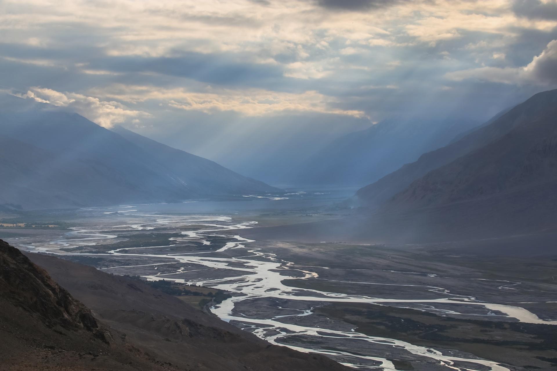 朝のパンジ川の渓谷の風景 タジキスタンの風景