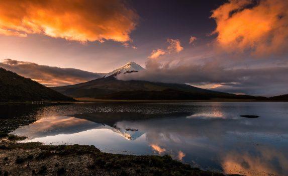 朝焼けのコトパクシ山 エクアドルの風景