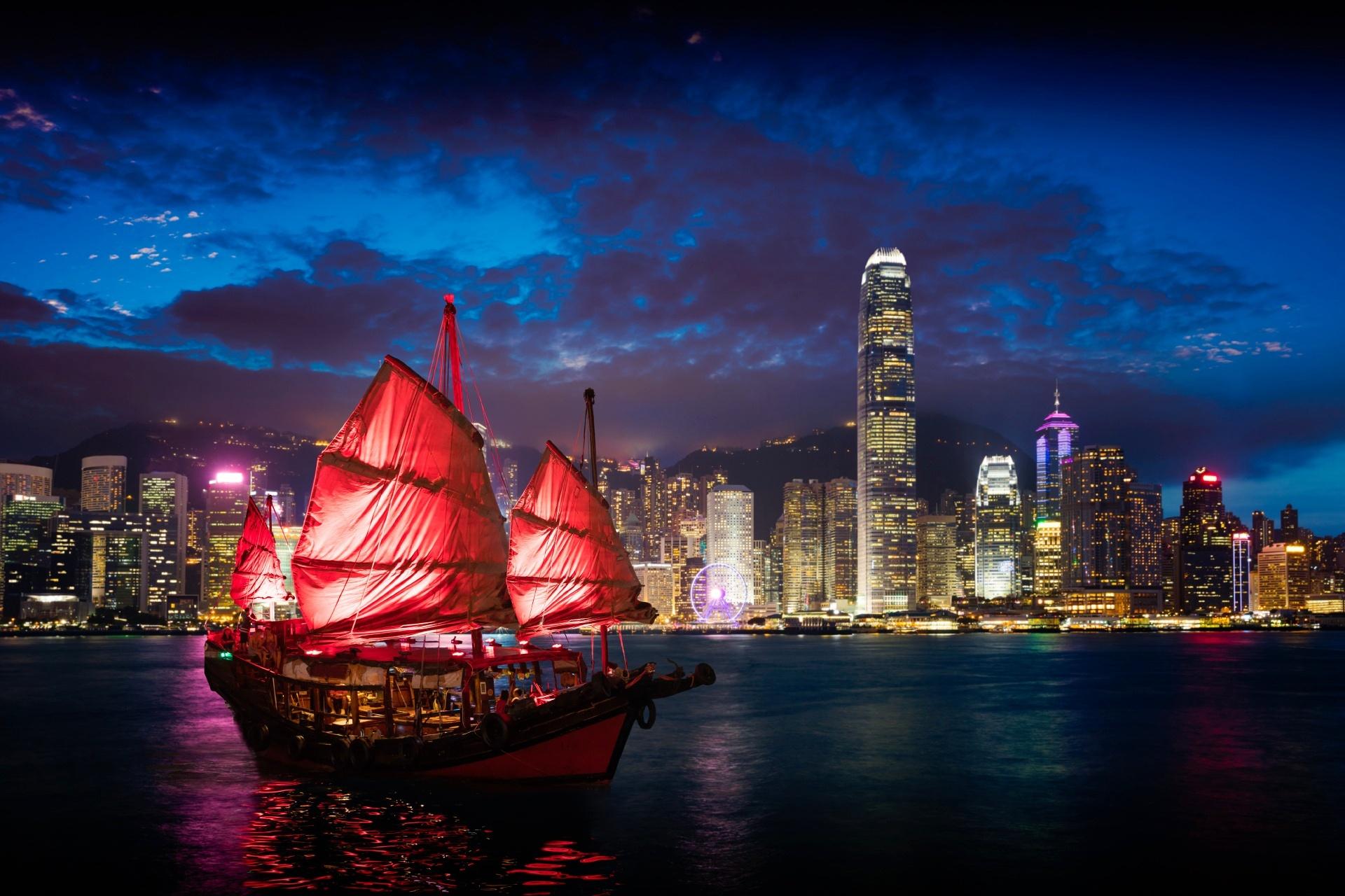 香港の夜景 夜のビクトリア・ハーバーとジャンク船