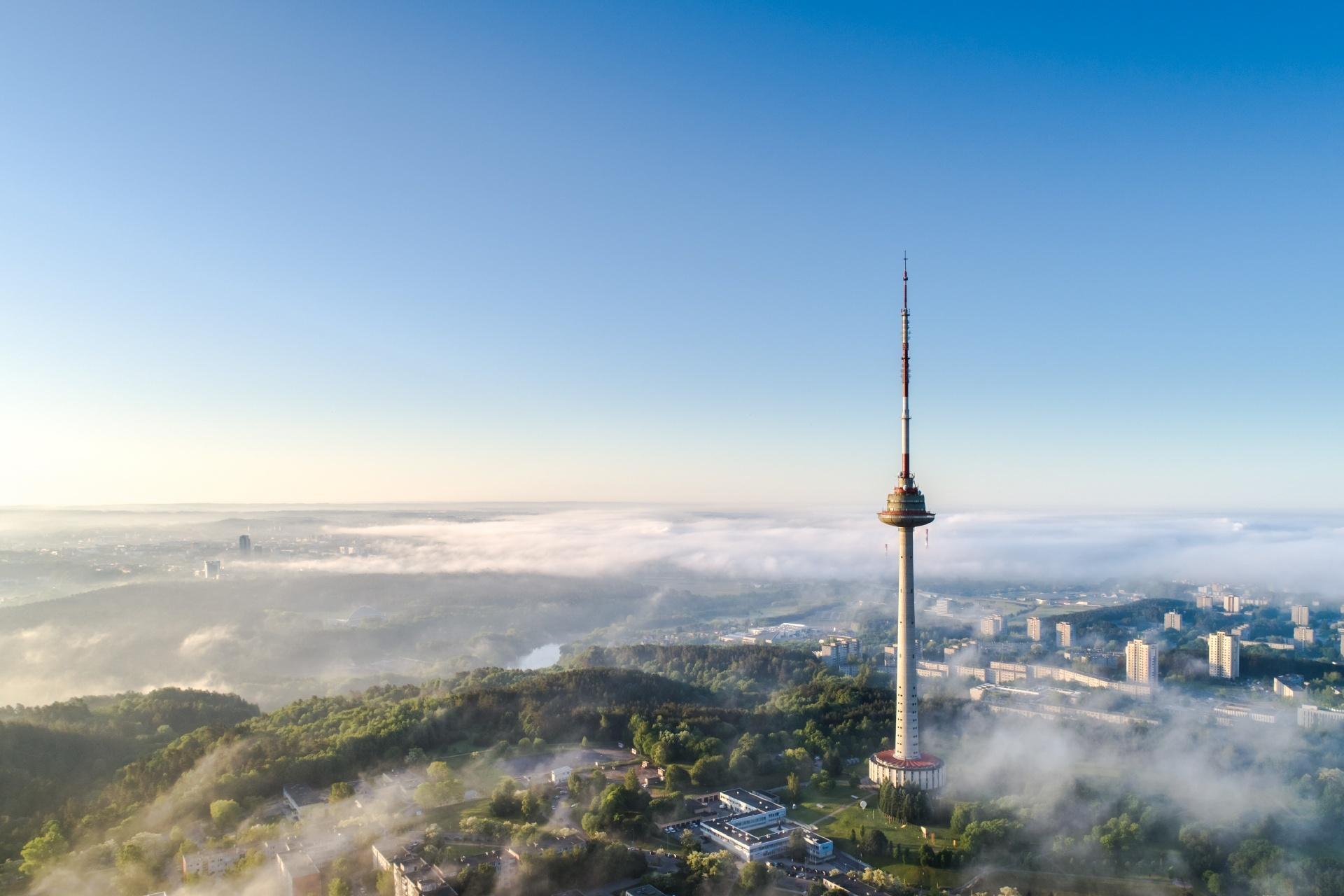 朝の霧に包まれるビルニュスの町 リトアニアの風景