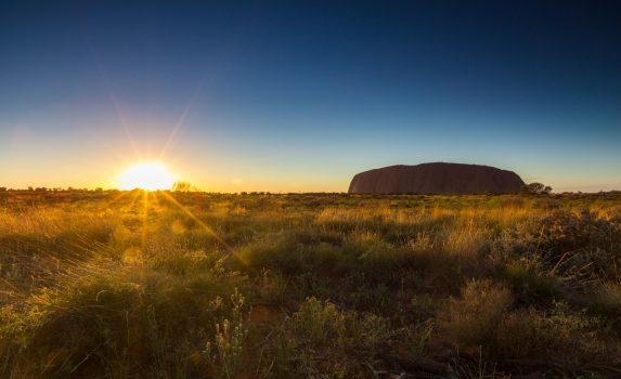 エアーズロックと日の出の風景 オーストラリアの風景