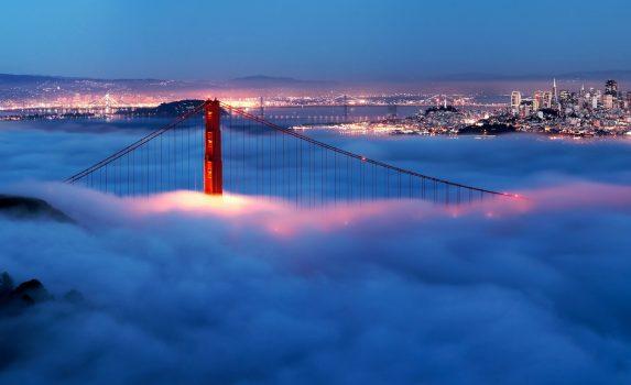 霧に包まれる夜のゴールデン・ゲート・ブリッジの風景 アメリカの風景