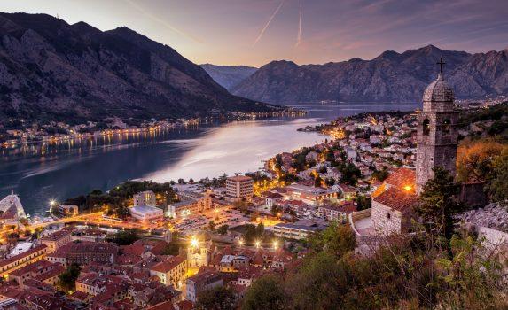 夕暮れのコトルの町並み モンテネグロの風景