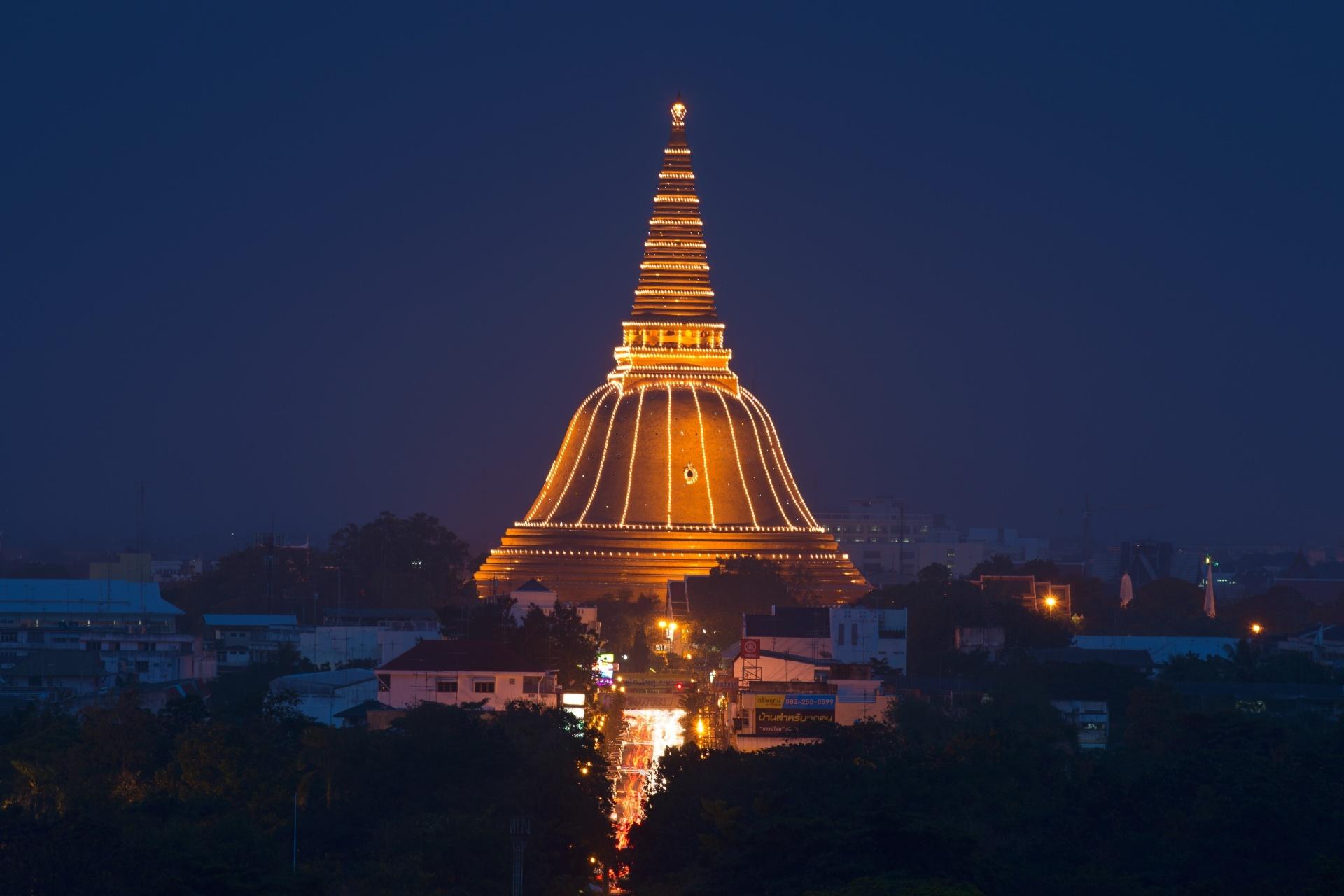 夜のワット・プラパトムチェーディー タイの風景