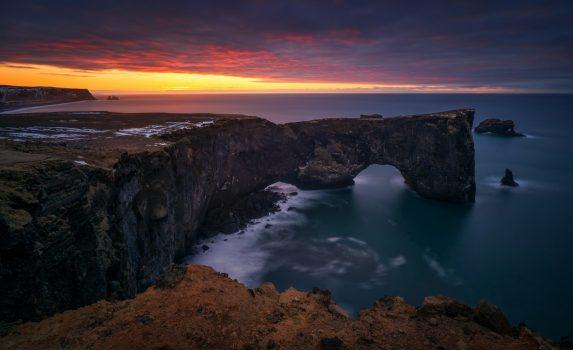 ディルホゥラエイの朝焼け アイスランドの風景