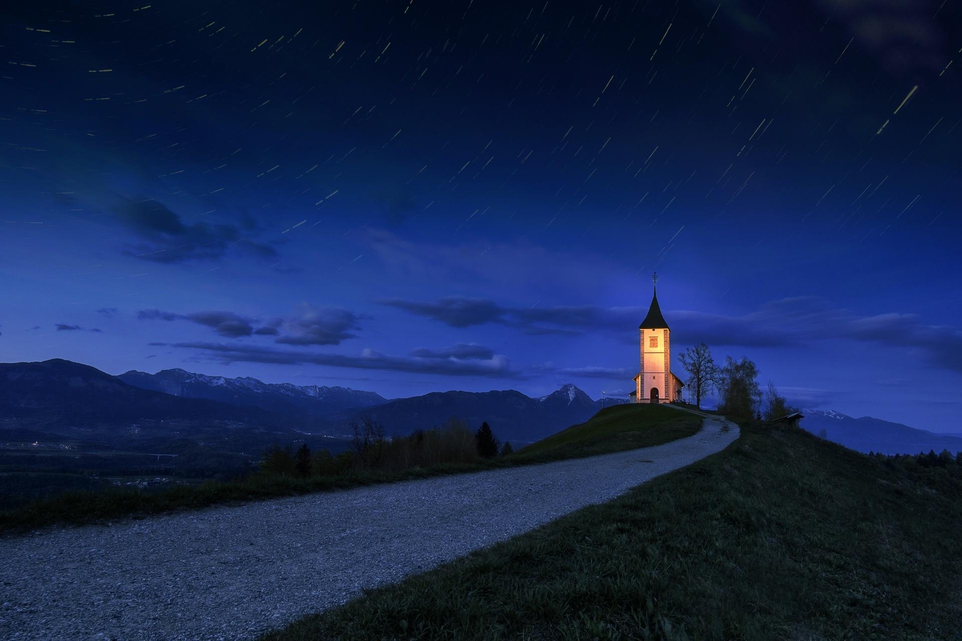 ヤムニクの教会のある風景 スロベニアの風景