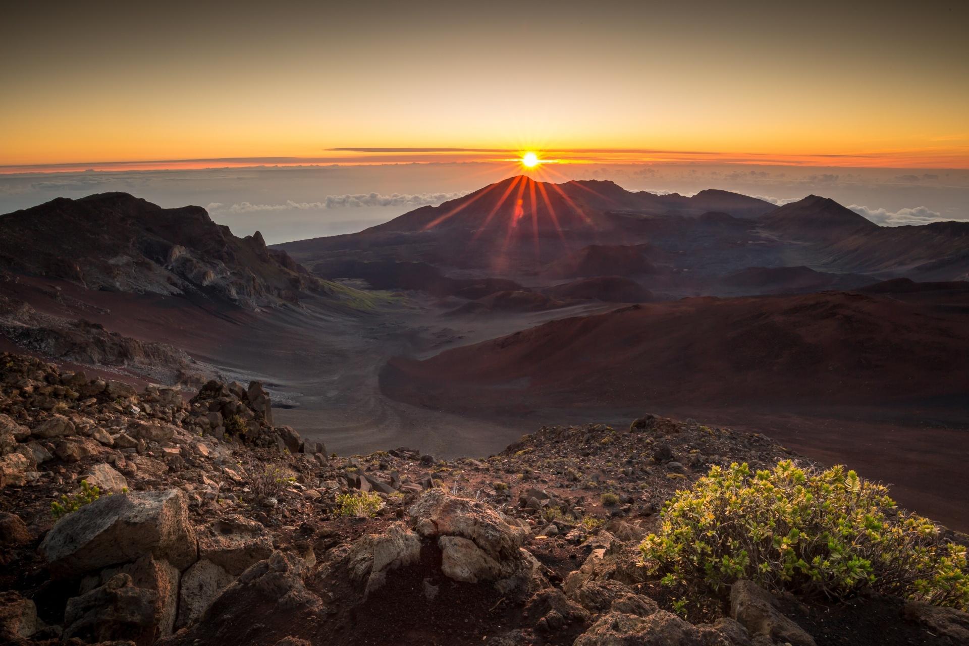 ハワイの日の出の風景 マウイ島ハレアカラ国立公園