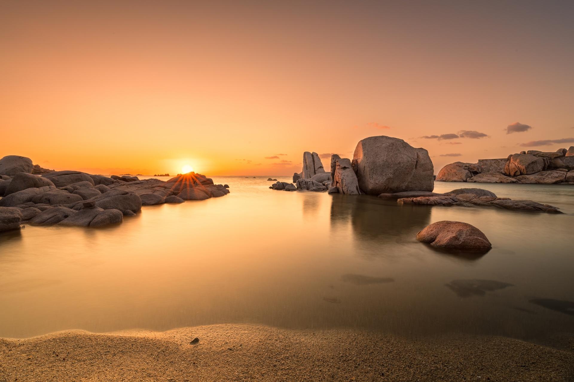 カヴァッロ島の朝の風景 地中海に昇る朝日 フランスの風景