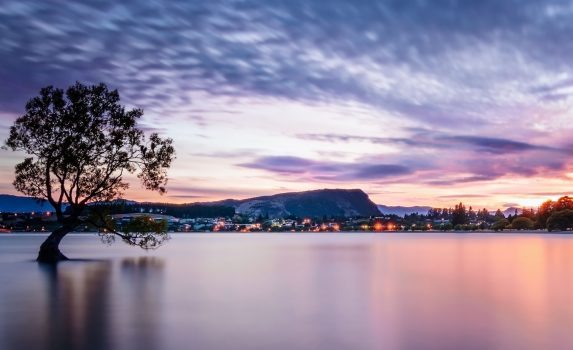 ワナカ湖の日の出 ニュージーランドの風景