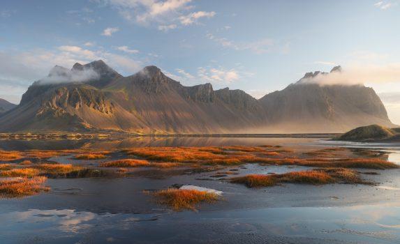 日の出のヴェストラホルン山 アイスランドの風景