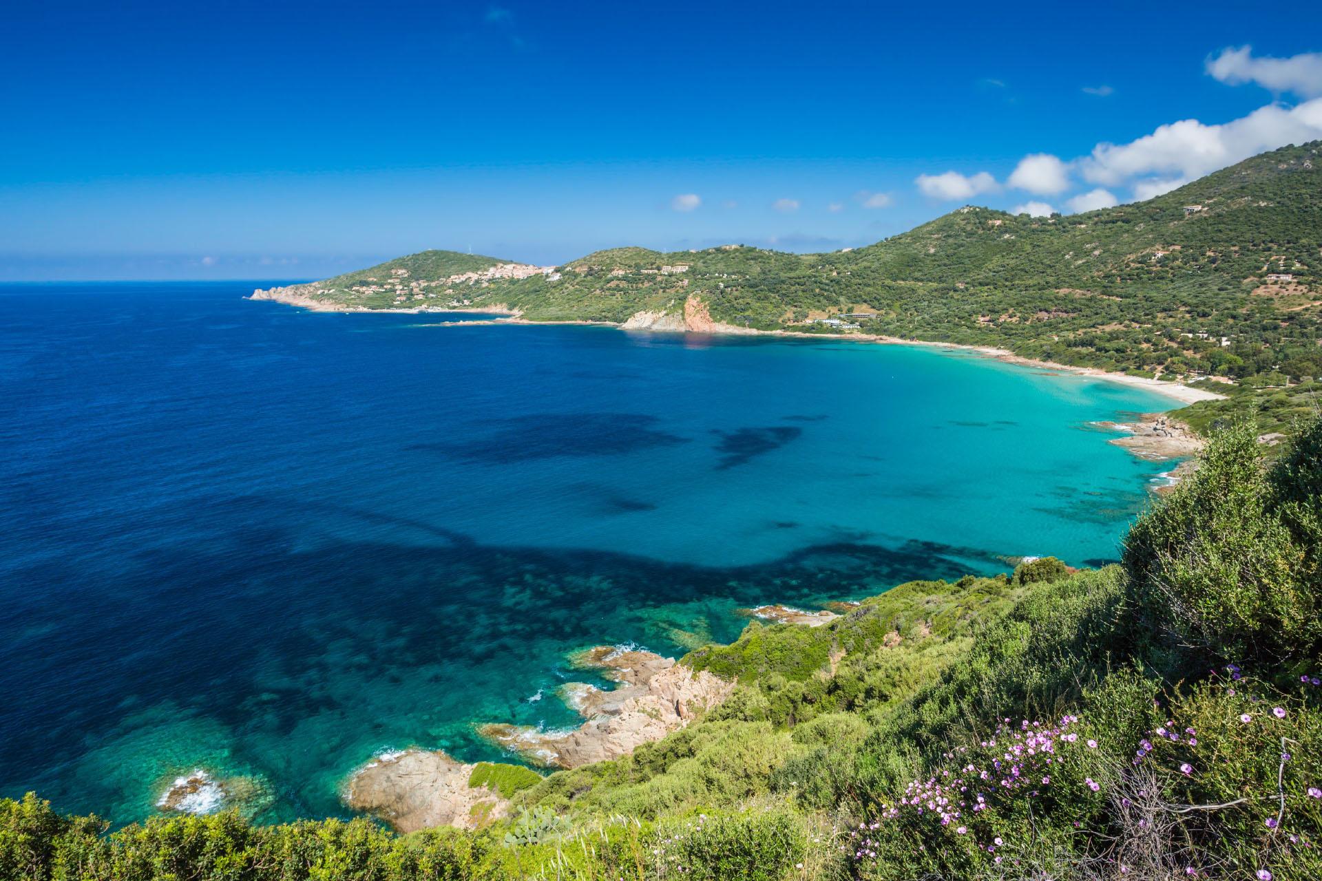 コルシカ島の西海岸のカルジェーズのビーチと海岸線の風景 コルシカの風景
