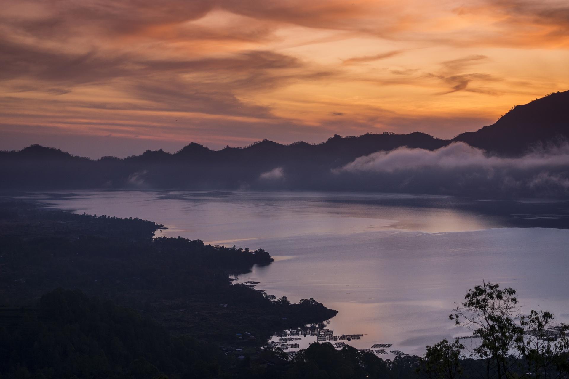 日の出のバトゥール湖の風景 インドネシアの風景