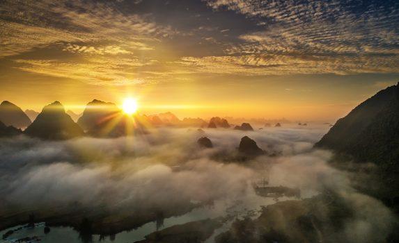 夜明けの山の風景 ベトナムの風景