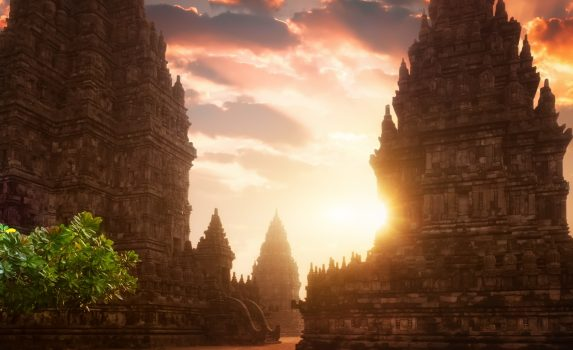 朝日とプランバナン寺院 インドネシアの風景