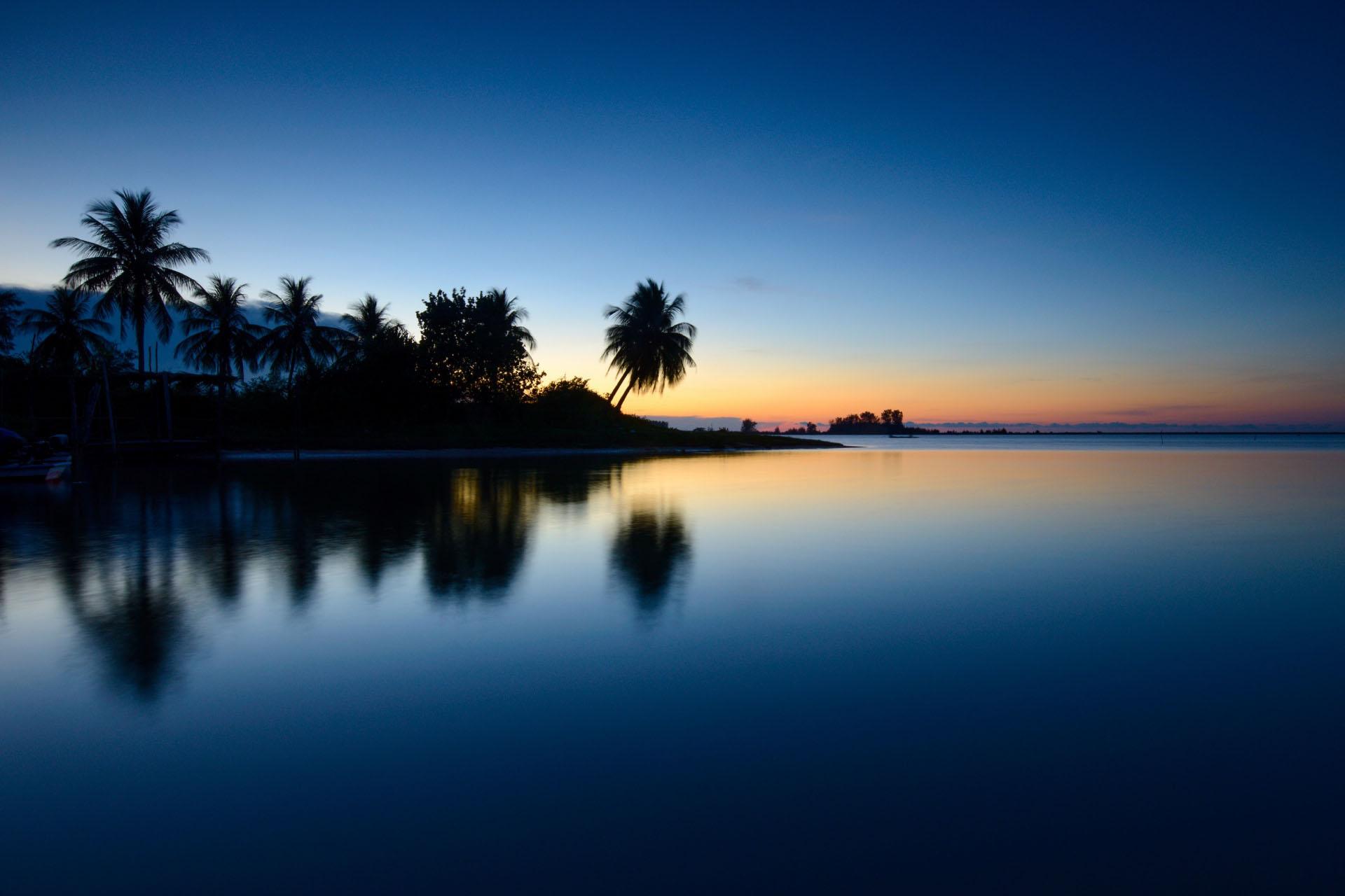 トゥンパトの朝のビーチの風景 マレーシアの風景
