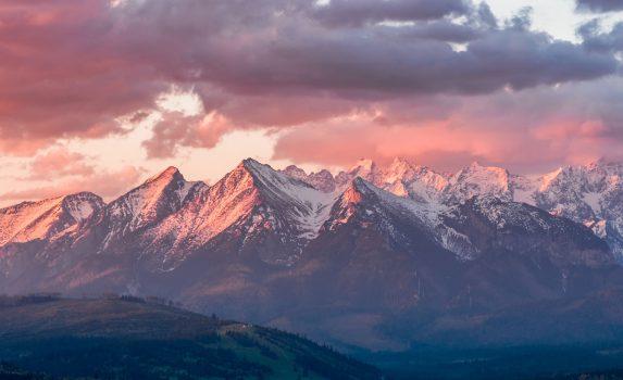 朝焼けに染まるタトラ山脈 ポーランドの風景