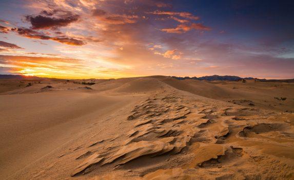 砂漠と砂丘の日の出の風景