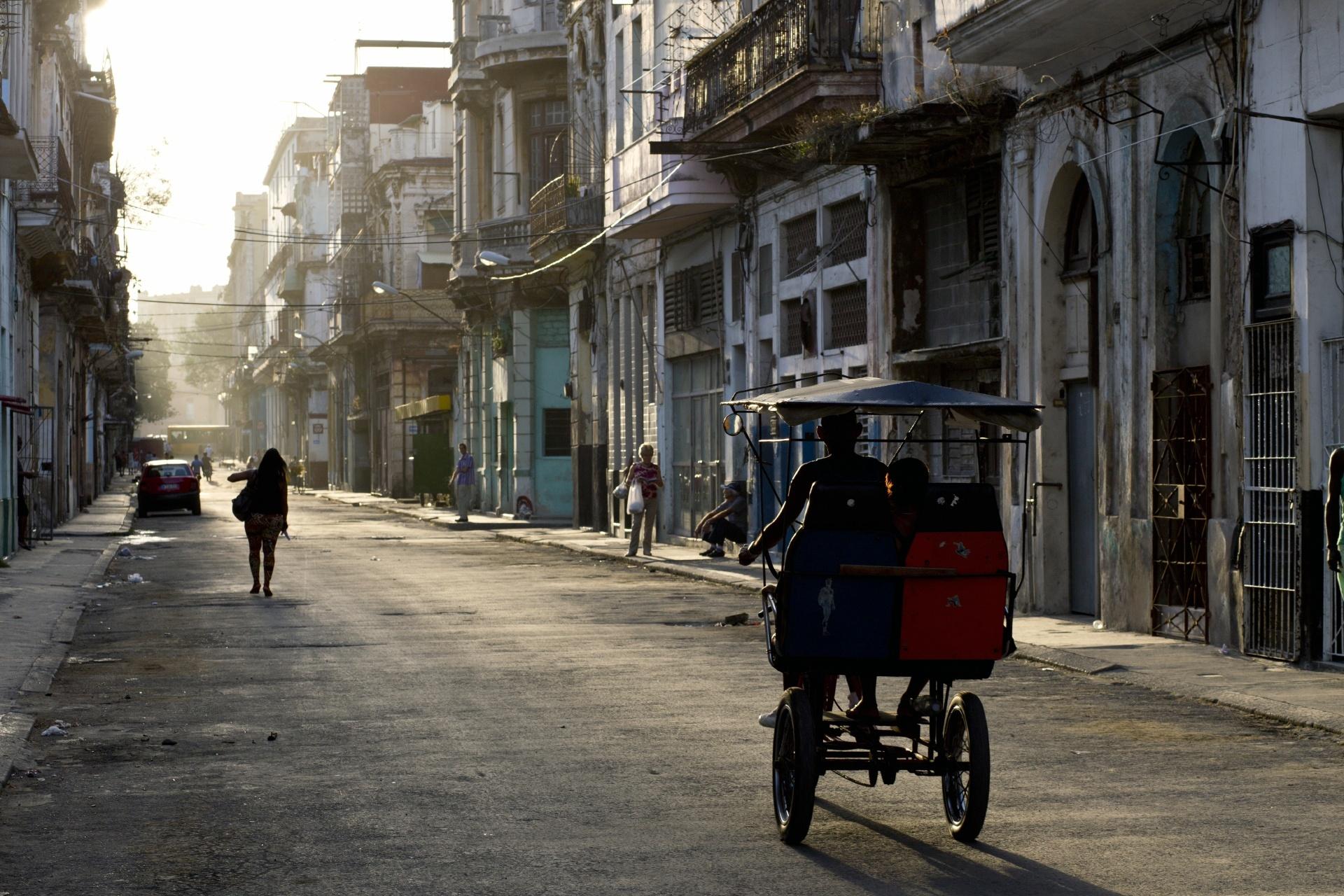 朝のハバナ 旧市街の通り キューバの風景