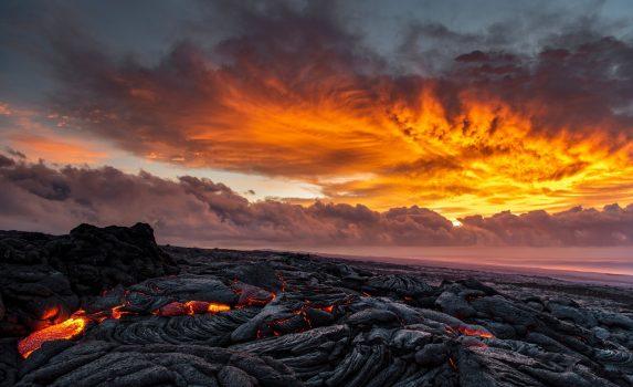 朝焼けとキラウェア火山の溶岩の風景 ハワイの風景