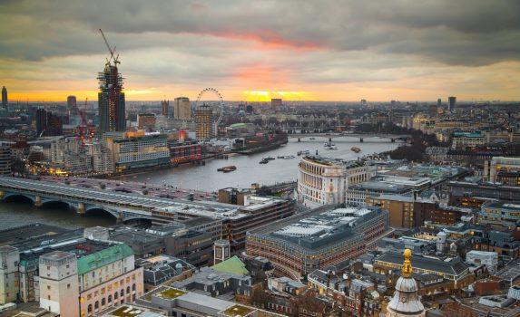 テムズ川とロンドン橋 夕暮れのロンドンの風景