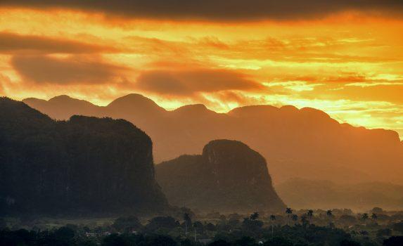 日の出のビニャーレス渓谷の風景 キューバの風景