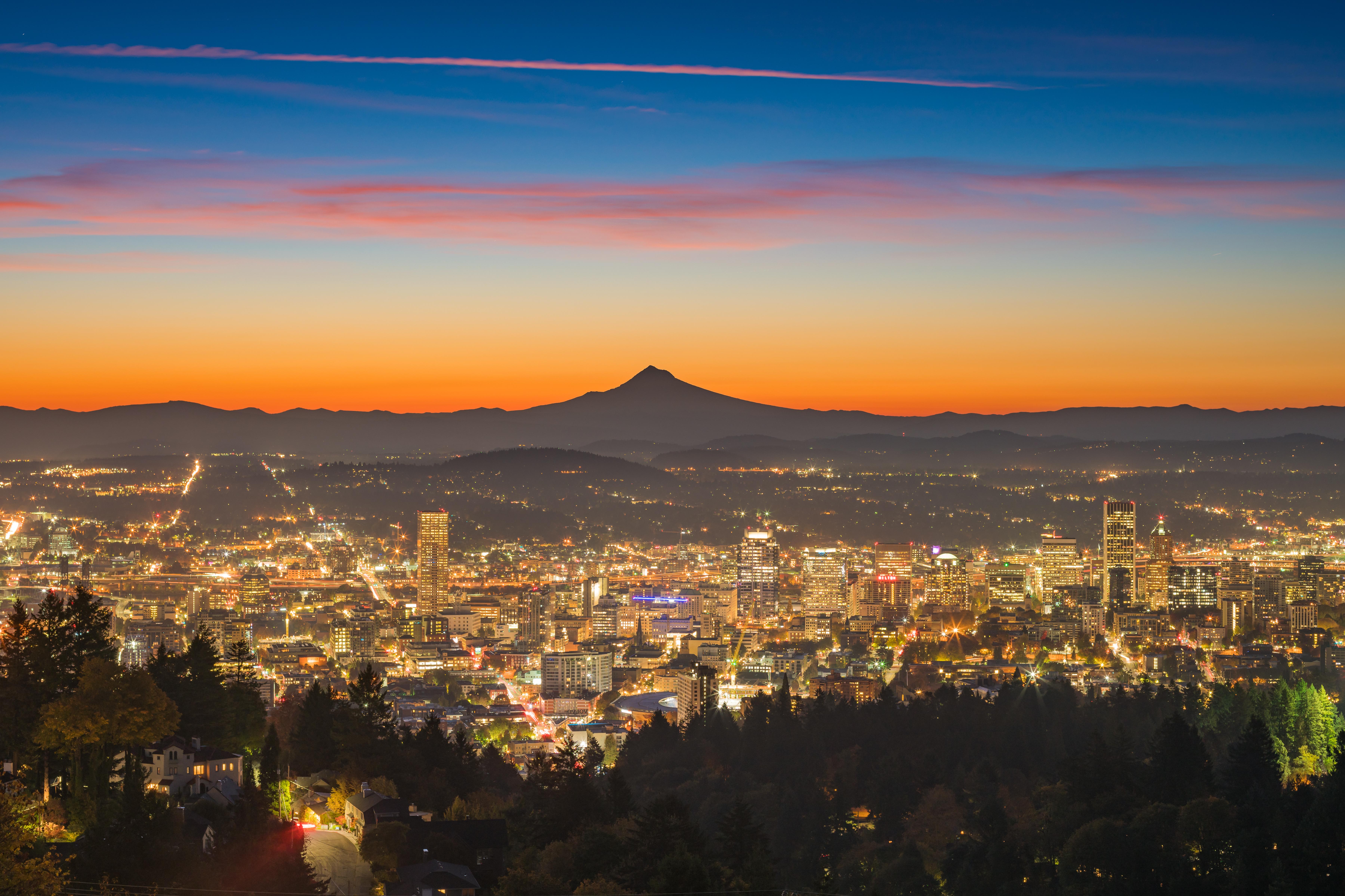 夜明けのポートランドのダウンタウンとマウントフッドの風景 アメリカの風景