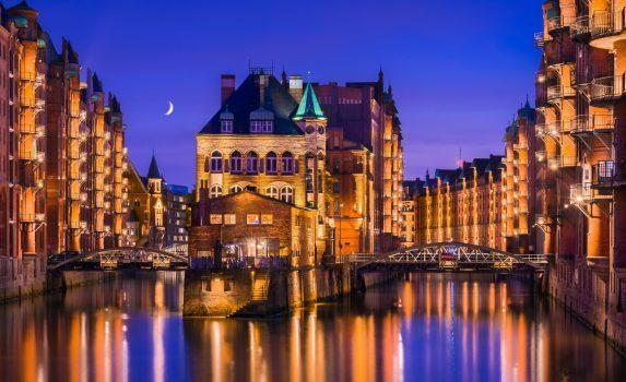 ハンブルクの倉庫街の夜の風景 ドイツの風景