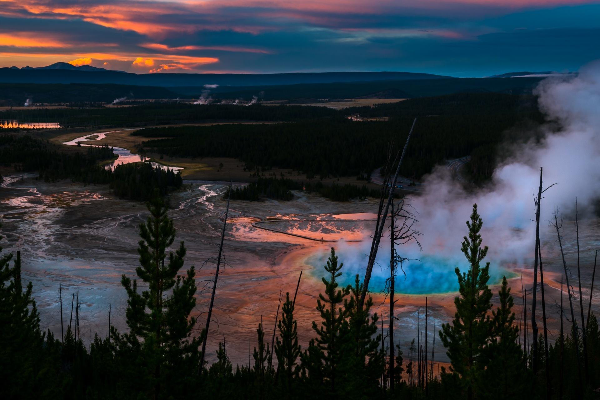 日没後のグランド・プリズマティック・スプリング アメリカ合衆国の風景